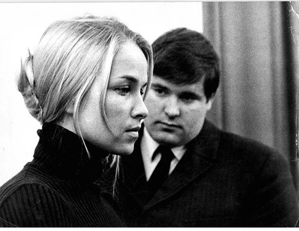 """Vihreä leski -elokuva kertoi turhautuneen tapiolalaisen kotirouvan elämästä. Eija Pokkinen nähtiin naispääroolissa, miespääroolissa oli Risto Aaltonen. Tässä kuvassa Eija on Matti """"Fredi"""" Siitosen seurassa."""