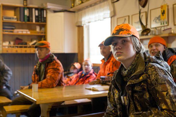 Julius on tuntenut seuran miehet jo pikkupojasta asti ja saanut heiltä tärkeitä neuvoja metsästykseen. Heille on ollut tärkeää saada nuori metsästäjä innostumaan ja pysymään porukassa.