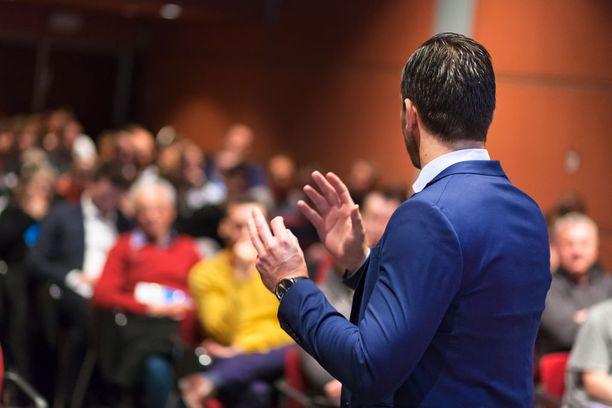 Hyvä valmistautuminen helpottaa esiintymistä. Puhuessa voi myös vapaasti antaa oman persoonallisen tyylin näkyä ja kuulua.