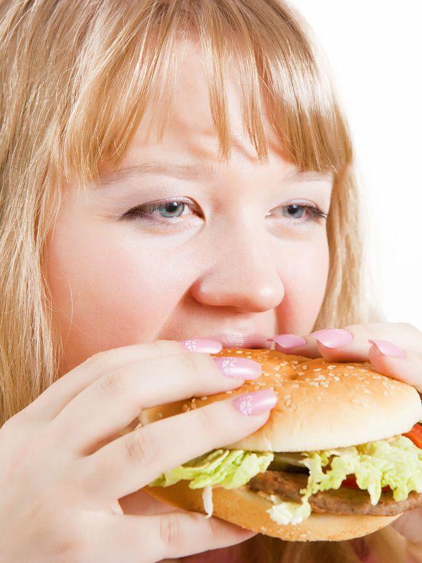 Kolesterolia nostavia ruoka-aineita ovat rasvainen liha, prosessoidut lihajalosteet, rasvaiset juustot, voi ja rasvaiset maitotuotteet. Kaikkia näitä löytyy yleensä myös pikaruoista.