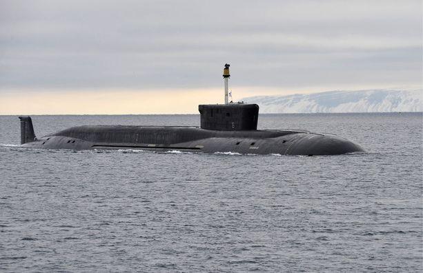 Borei-luokan ydinsukellusvene Vladimir Monomah saapumassa Gadžijevoon maaliskuussa 2016.