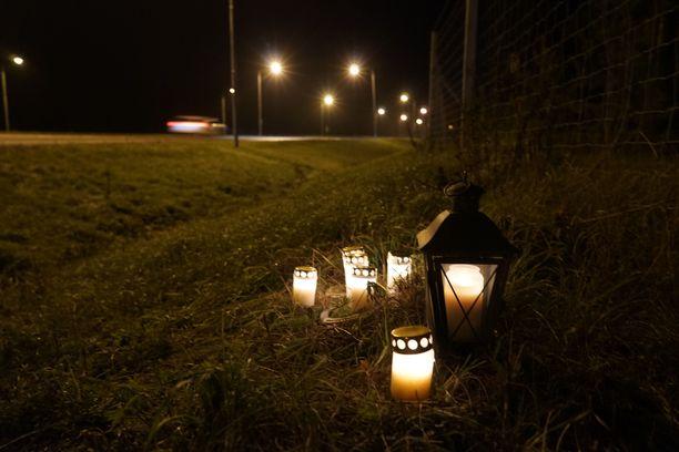 Suuri lyhty ja hevosenkenkien sisään asetellut kynttilät valaisivat pimeää iltaa.