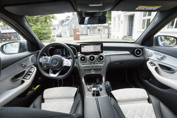 Mittariston voi valita täysin digitaalisena 12,3-tuumaisena teräväpiirtonäyttönä. Lisäksi keskikonsolin multimedianäytön voi halutessaan hankkia 10,25-tuuman laajakuvanäytöllä.