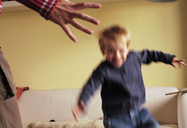 Pahoinpitelyt perheessä jatkuivat vuodesta toiseen. Kuvituskuva.