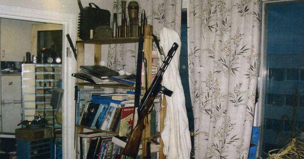 Miehen asunnosta löytyi yli vuosi sitten noin 150 asetta.