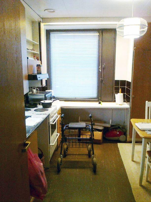 Vanhukselle jäi pieneen keittiöön vain rollaattori ja hellalle puurokattila.