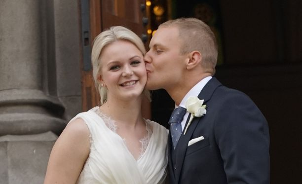 Valtteri Bottas suukotti tuoretta vaimoaan kaksi vuotta sitten kirkon ovella.