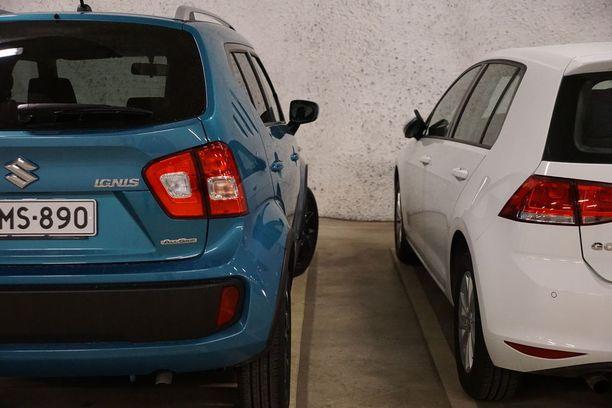 Ignisen korkeuden huomaa, kun sen pysäköi tyypllisen hatchbackin viereen. Kuvassa nykyinen VW Golf.