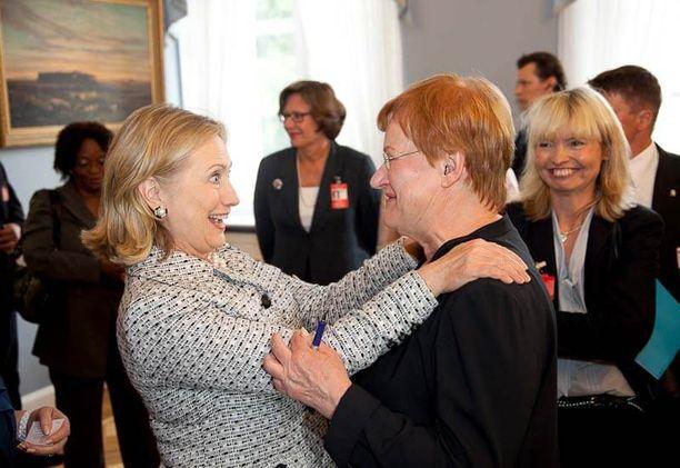 Kansainvälisesti verkottuneella Halosella on hyvät välit maailman päättäjiin. Esimerkiksi Hillary Clintonin hän laskee henkilökohtaiseksi ystäväkseen.