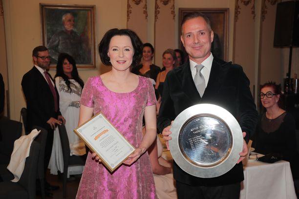 Jenni Haukiolle luovutettiin Kiitos eläimiltä -palkinto.