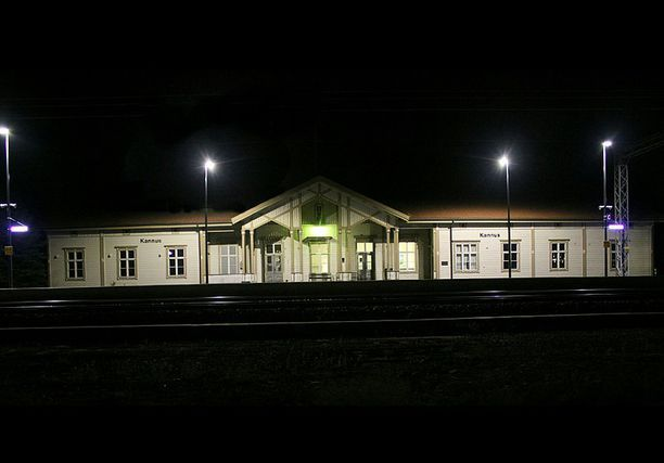 Kannuksen henkirikoksen uhrin muistolle tuotiin joulukuussa kynttilöitä Kannuksen rautatieasemalle.