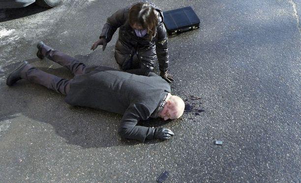 HURJA KÄÄNNE Pertti Mäkimaa jäi viime jaksossa auton alle.