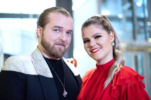 – Meillä on niin isot äänet, joten on tosi siistiä päästä laulamaan niin että kirkko raikaa, Saara Aalto ja Teemu Roivainen sanovat.