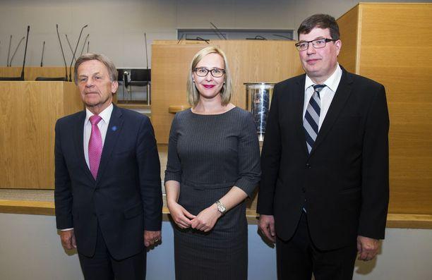 Eduskunnan puhemiehinä toimivat tällä hetkellä Mauri Pekkarinen (kesk), Maria Lohela (uv) ja Arto Satonen (kok).