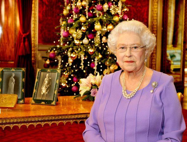Kuningatar Elisabet II pitää vuosittain televisioidun joulupuheen. Ensimmäisen joulupuheensa hän piti televisiossa vuonna 1957.