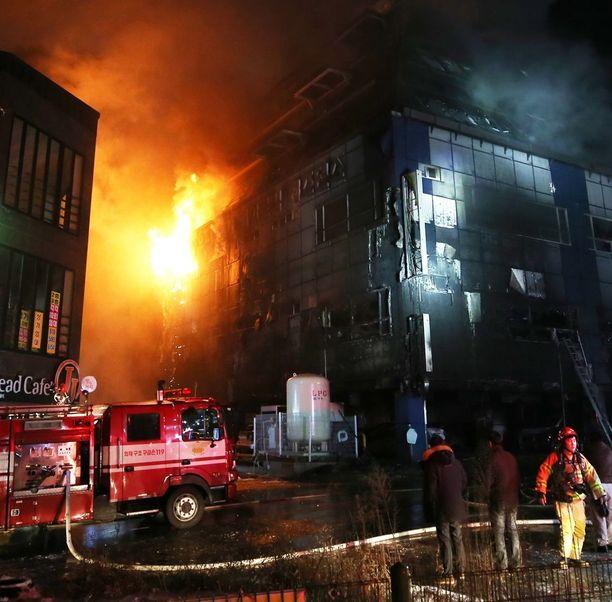 Palopaikalla oli kymmeniä pelastuslaitoksen ajoneuvoja ja yli sata palomiestä.
