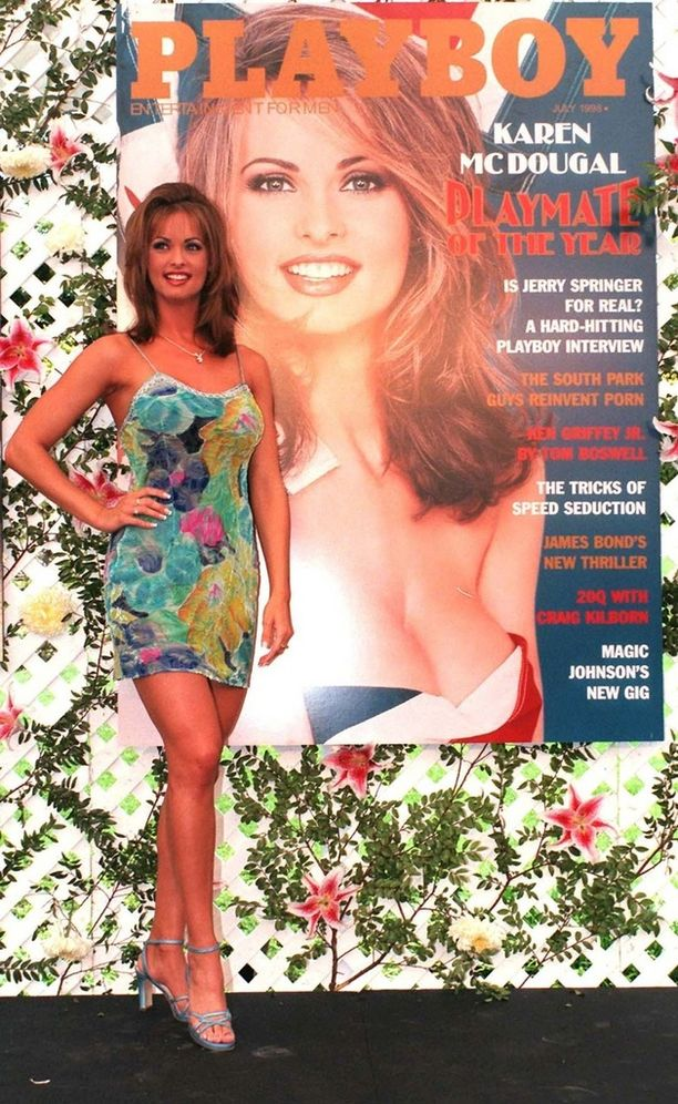 Karen McDougal poseerasi tähdittämänsä Playboy-kannen rinnalla vuonna 2000.