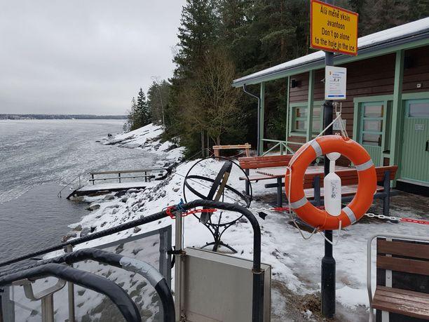 Maanantai-iltana Olli Lindholm vielä saunoi Kaupinojan urheilupuistossa, Näsijärven rannalla Tampereella. Lindholm oli tuttu näky talviuintipaikalla.