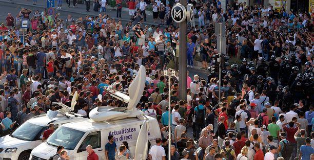 Pakolaiset osoittivat eilen mieltään Keletin aseman edustalla Budapestissa.