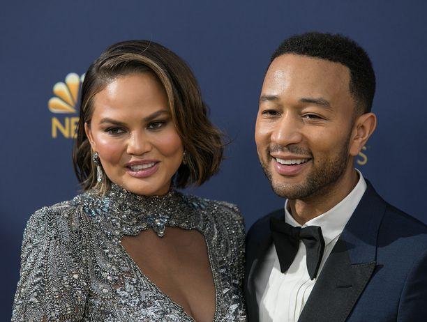 Chrissy Teigen ja John Legend ovat olleet naimisissa vuodesta 2013. Pariskunnalla on vuosina 2016 ja 2018 syntyneet lapset.