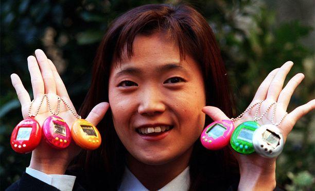 Tamagotchin keksijä, Aki Maita, esittelee laitetta, joka löytyi monen ysärilapsen taskusta.