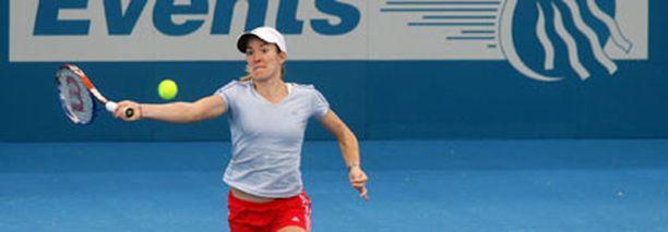 Justine Henin harjoittelee jo median silmien alla Brisbanessa.