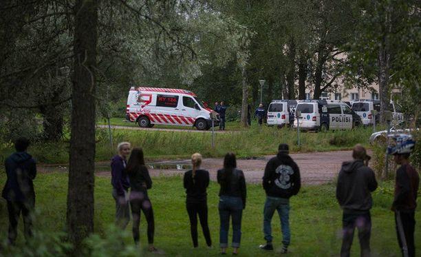 Laajakosken vastaanottokeskukselle Kotkaan saapui niin poliiseja kuin pelastuslaitoksen ja ensihoidon yksiköitä torstai-iltana.