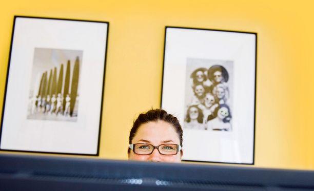 Katja Poukkulan huone oli ehtinyt saada pintaansa keltaista maalia ennen kuin hän aloitti yrityksessä. Onneksi väri ja huoneen henki menivät yksiin Katjan mieltymysten kanssa.