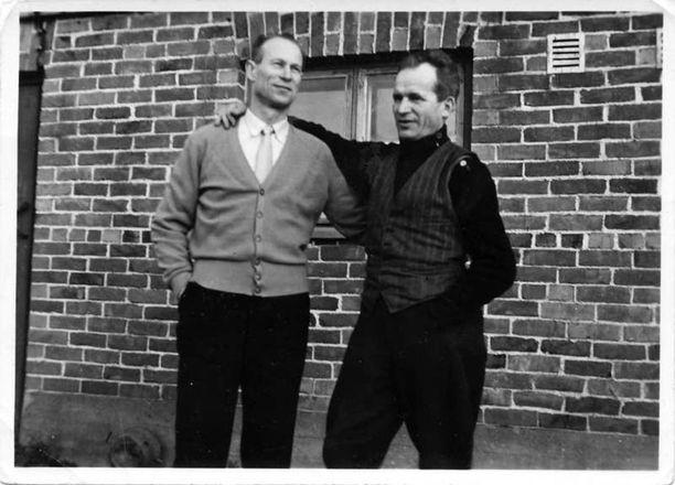 Viljam Pylkäs (vas.) ja Toivo Ruuna kädet toistensa olalla Ruunan kotipihalla Lempäälässä.
