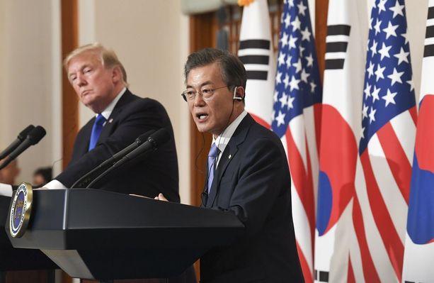 Etelä-Korean presidentti Moon Jae-in ja Donald Trump illastavat tiistaina.