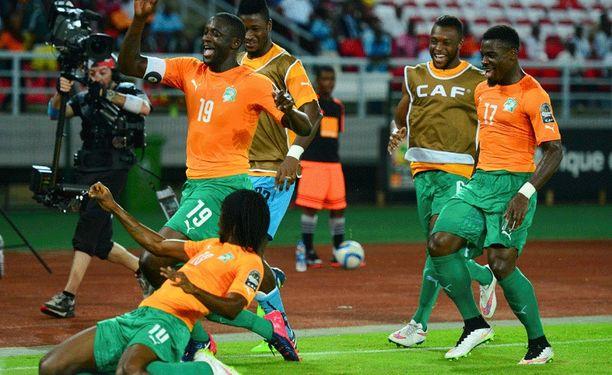 Norsunluurannikon kapteeni Yaya Touré (numero 19) juhlii avausmaaliaan Kongon demokraattista tasavaltaa vastaan.