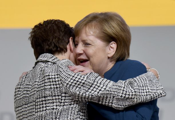 """""""Mini-Merkel"""" -lempinimen saanut Kramp-Karrenbauer oli Merkelin suosikki seuraajaksi."""