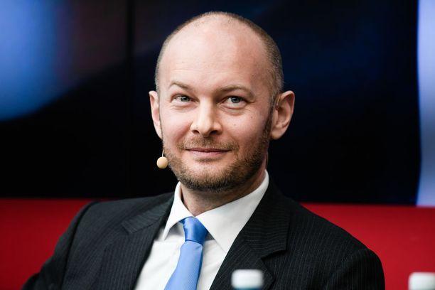 Sinisen eduskuntaryhmän Eurooppa- ja kulttuuriministeri Sampo Terho vastustaa hallituskumppaninsa pakolaispuheita.