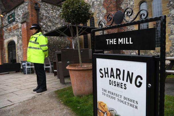Poliisi valvoi The Mill -pubia sunnuntaina.