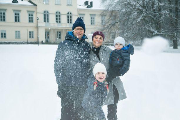 Kuvassa Estelle perheineen talvella 2017.