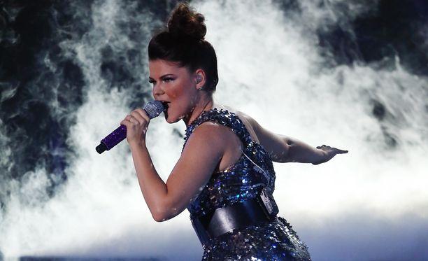 Saara Aalto räjäytti potin duetollaan Adam Lambertin kanssa.