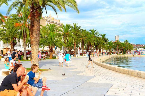 Kroatian Splitin rantabulevardilla kelpaa paistatella päivää.