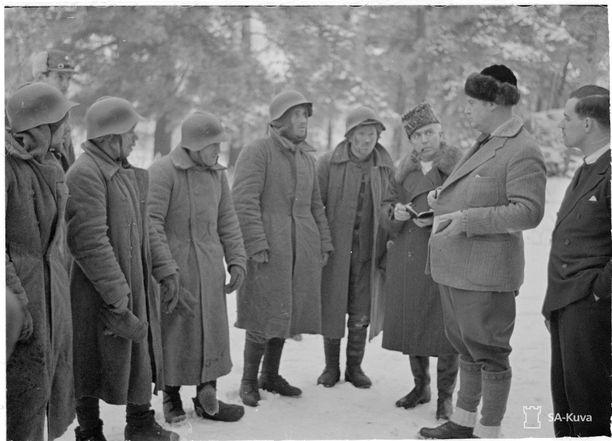 Talvisota sai ulkomaiset toimittajat Suomeen seuraamaan pienen kansakunnan kohtalonhetkiä. Englantilaiset lehtimiehet haastattelevat venäläisiä sotavankeja Räisälässä.