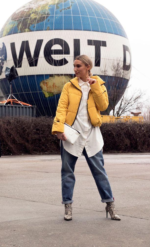 Kevättalvella keltainen näyttää ihanalta esimerkiksi puffer-takissa, ja se piristää muutoin tummaa lookia. Tässä tyylinäyte Berliinin muotiviikolta.