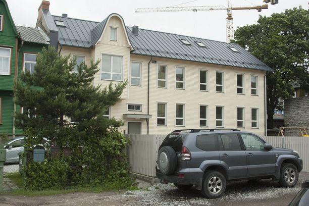 Nuorisosäätiön Tallinnan rakennuttamassa pienkerrostalossa on kaksi kerrosta ja yhdeksän asuntoa. Talo on ulospäin varsin askeettinen, kuten on sen pihakin. KUVA: ALBERT TRUUVÄÄRT.