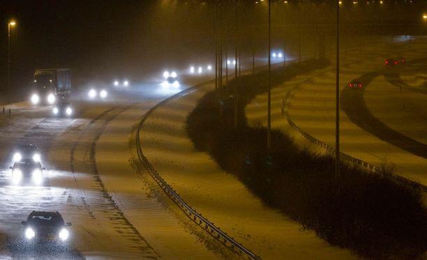 Vaikka vastaantulijan valot eivät häikäisisi sinua, sinun autosi valot voivat häikäistä häntä.