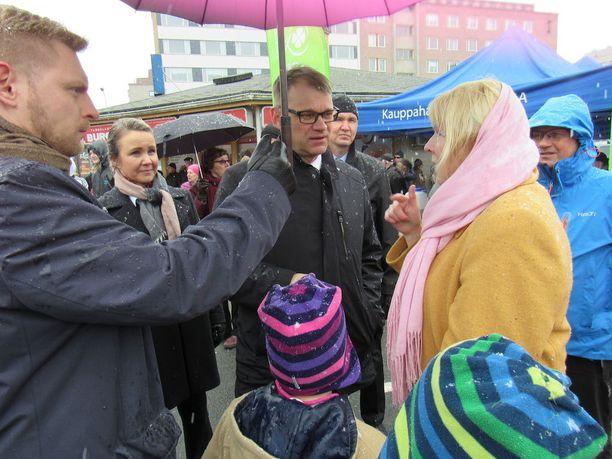 Pääministeri Juha Sipilä sanoi Tampereella, että hänen naamastaan näkyy, jos hallitus on joutunut tekemään päätöksiä, joita hänen sydämensä ei sulata, mutta joita pitää silti puolustaa. Kuva toritapahtumasta.