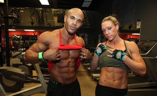 Buck ja Michelle Miller esittelevät mielellään vatsalihaksiaan.