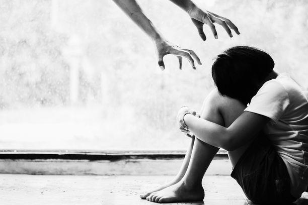 Lahtelaisnainen pahoinpiteli sukulaistyttöään vuosien ajan. Kuvituskuva.