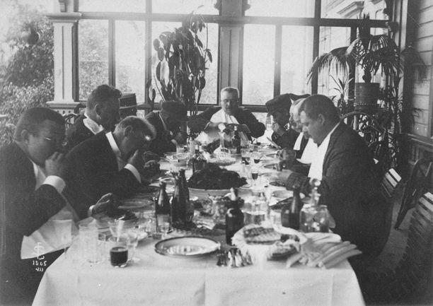 Etiketin noudattaminen juhlissa oli herrasväelle tärkeää. Kuva rapujuhlista Kiialan kartanosta vuodelta 1905.