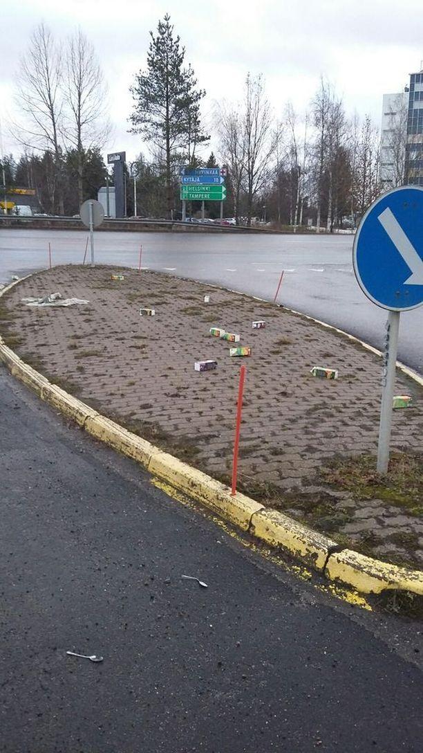 Tästä liikenteenjakajasta Hyvinkäällä on löytynyt jo vuosien ajan lusikoita ja mehupurkkeja.
