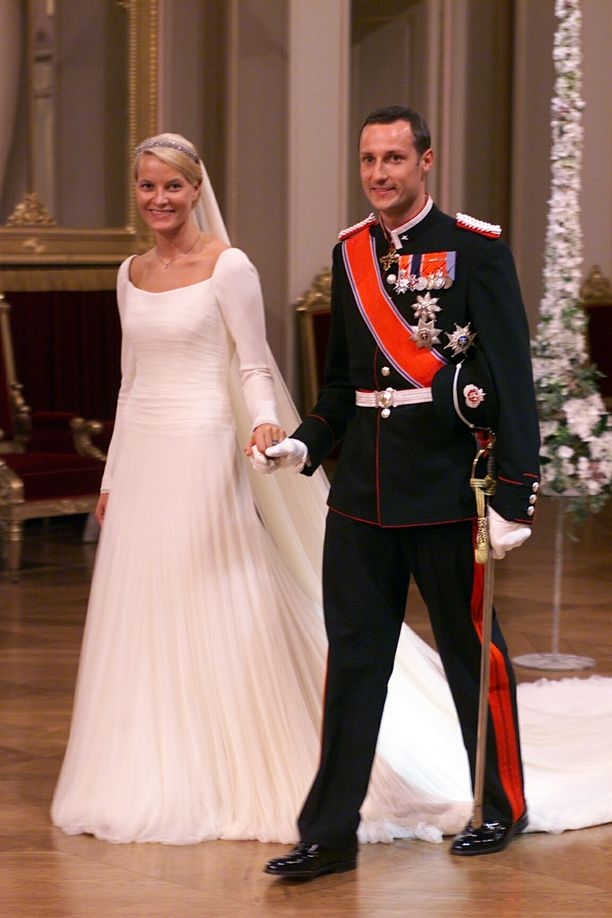 Yksinhuoltajaäiti Mette-Marit Tjessem Hoibystä tuli prinsessa vuonna 2001, kun hän avioitui Norjan kruununprinssi Haakonin kanssa. Tulevan kuningattaren tausta puhutti laajalti ennen häitä, sillä hovin oli vaikea hyväksyä avioliiton ulkopuolista lasta ja tämän isän huumerikostuomiota. Siitä huolimatta norjalaiset juhlivat kruununperijänsä häitä innolla – kulkuetta seurasi noin sata tuhatta ihmistä.