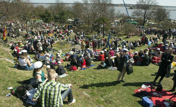 Viime vuonna vapunpäivänä sai Helsingissä juhlia jopa paitahihasillaan, kunhan valitsi tuulettoman ja aurinkoisen paikan.
