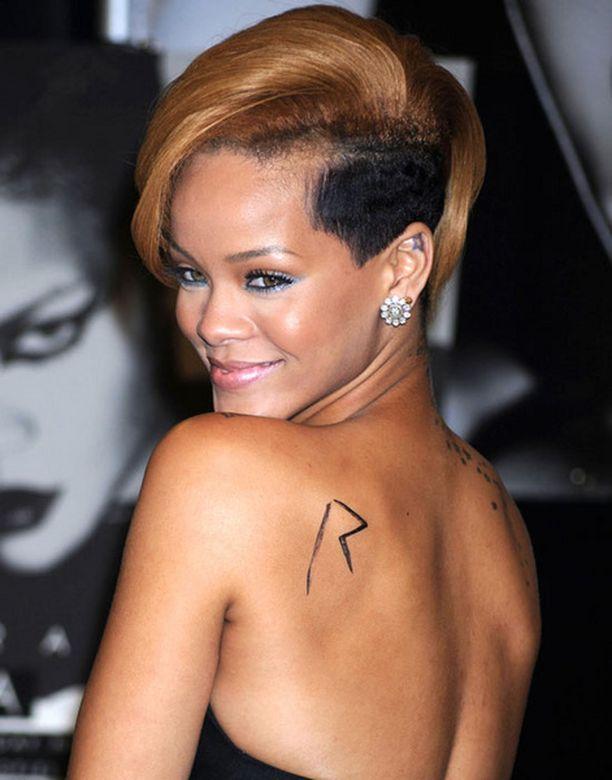 Rihanna ei ujostele vartalonsa esittelemisessä.