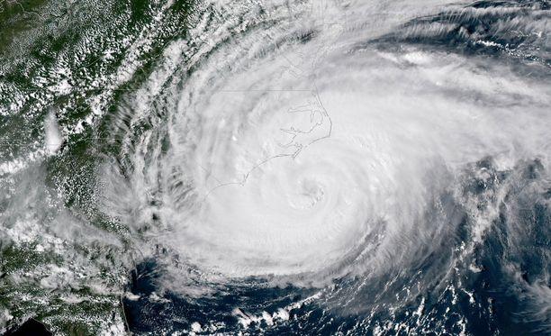 Yhdysvaltojen Pohjois-Carolinan osavaltiota lähestyvä Florence on ehtinyt jo varhain perjantaina aamulla Suomen aikaa aiheuttaa kymmenille tuhansille ihmisille vaikeuksia, kertoo The Guardian.
